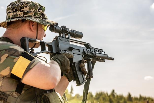 Soldato con fucile d'assalto con silenziatore