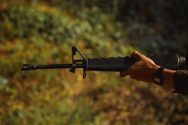 Soldato con pattuglia di mitragliatrice
