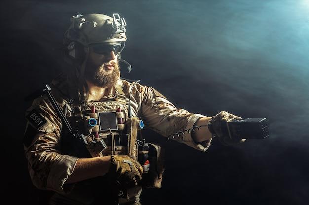Soldato delle forze speciali con il fucile