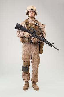 Soldato di fanteria moderno, fuciliere marittimo americano in uniforme da combattimento, elmo e armatura