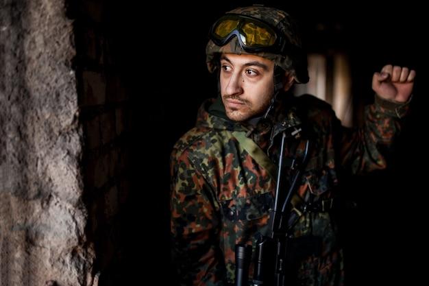 Soldato in guerra con le armi