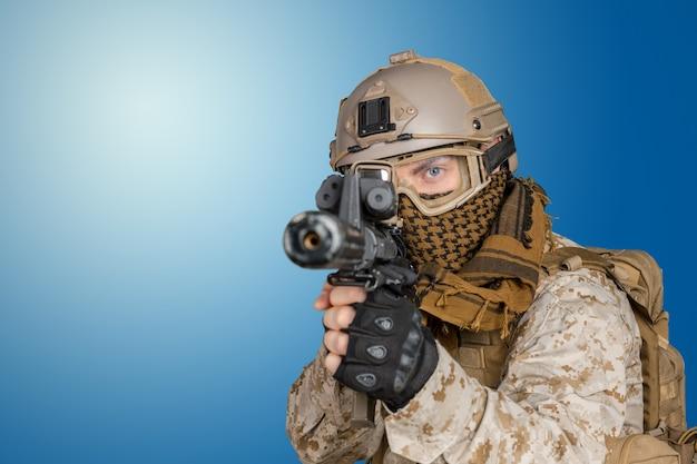 Soldato moderno con fucile
