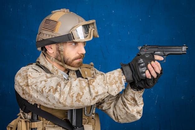 Soldato moderno con pistola