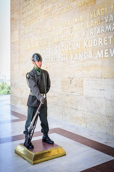Soldato turco all'ingresso del mausoleo di ataturk