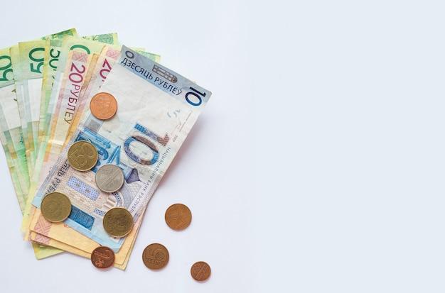 Soldi bielorussi su bianco con spazio per testo. monete bielorusse