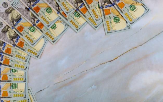 Soldi del dollaro americano nel fondo di marmo
