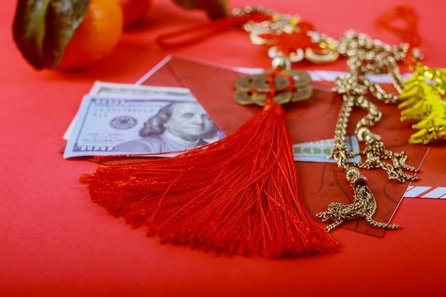Soldi del dollaro americano nella priorità bassa rossa, concetto cinese felice del nuovo anno,