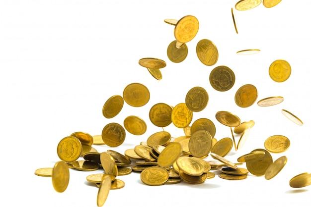 Soldi di monete d'oro che cadono isolato su sfondo bianco