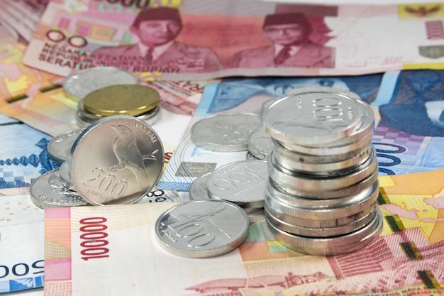 Soldi di pagamento di fine della pila delle monete della rupia su