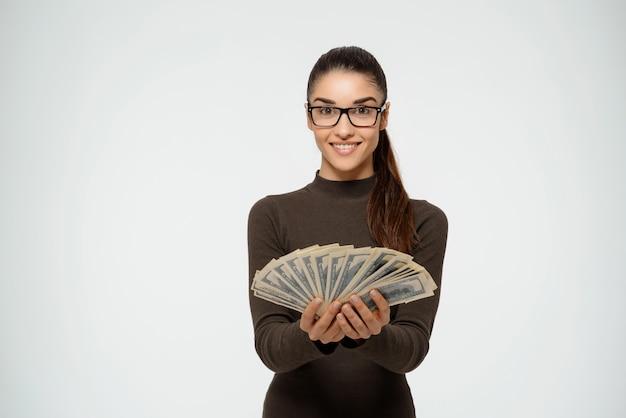 Soldi e sorridere della tenuta della donna di affari