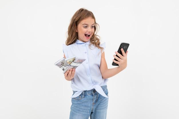 Soldi felici della holding della ragazza dell'adolescente su un bianco con lo spazio della copia