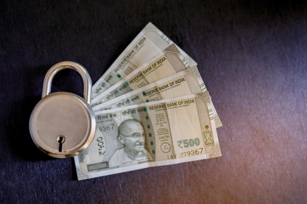 Soldi indiani con serratura, concetto di protezione del denaro