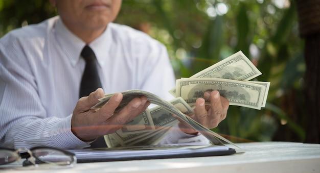 Soldi ricchi di denaro vecchio anonimo