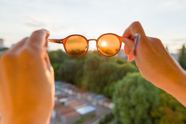 Sole al tramonto attraverso gli occhiali da sole.