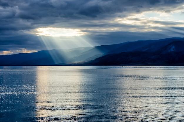 Sole che splende attraverso il denso cielo nuvoloso, rivestimento d'argento
