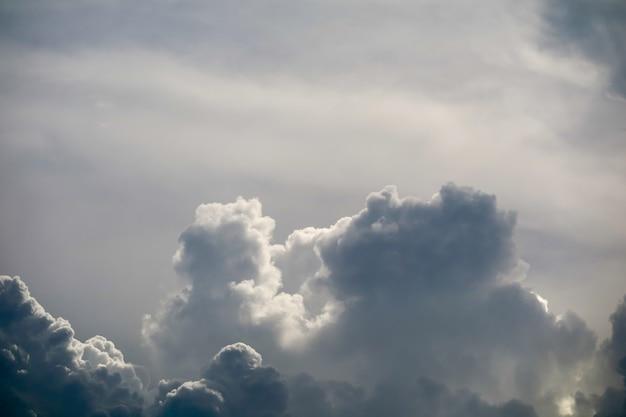 Sole della nuvola della siluetta della tempesta in nuvola nera del cielo grigio