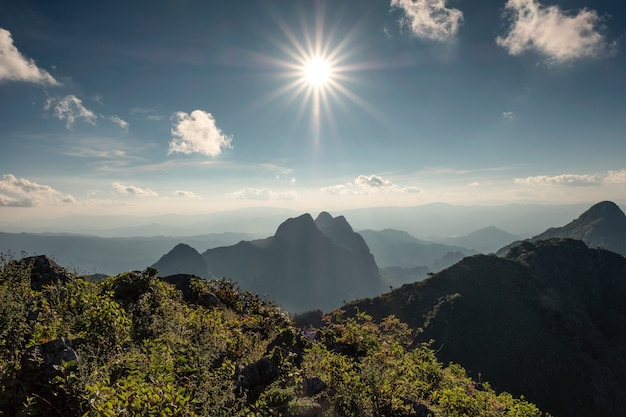 Sole sopra la catena montuosa nel santuario della fauna selvatica