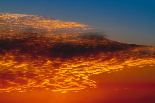 Sole splendente sulle nuvole. splendida alba vivida. bel tramonto arancione calmo. scenic alba surreale. paesaggio stupefacente del cielo nuvoloso blu rosso. tramonto pittoresco. cloudscape atmosferico. sfondo.
