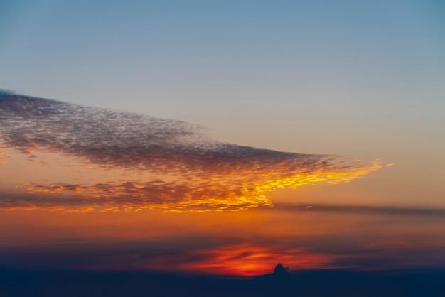 Sole splendente sulle nuvole. splendida alba vivida. bel tramonto calmo. scenic alba tranquilla. incredibile pacifico cielo nuvoloso. sole sopra l'orizzonte. tramonto pittoresco. cloudscape atmosferico. .