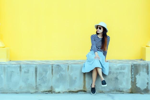 Soleggiato stile di vita ritratto di moda giovane donna elegante pantaloni a vita bassa.