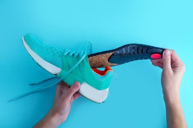 Solette ortopediche per scarpe da ginnastica. prevenzione e trattamento dei piedi piatti. cura dei piedi e indossare scarpe sportive comode