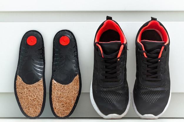 Solette ortopediche per scarpe sportive. trattamento e prevenzione dei piedi piatti e delle patologie del piede ortopedico. cura dei piedi, comfort dei piedi. assistenza sanitaria, indossare scarpe comode