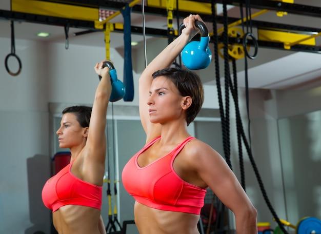 Sollevamento pesi fitness crossfit donna kettlebell allo specchio