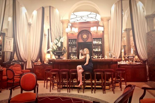Solo nel bar dell'hotel