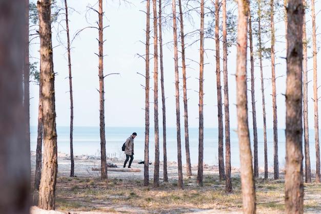 Solo turista maschio che viaggia in spiaggia