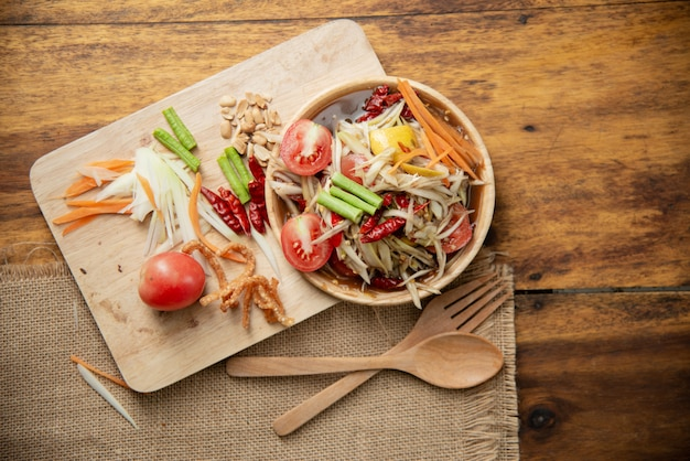 Som tam thai, insalata di papaia tailandese su fondo di legno