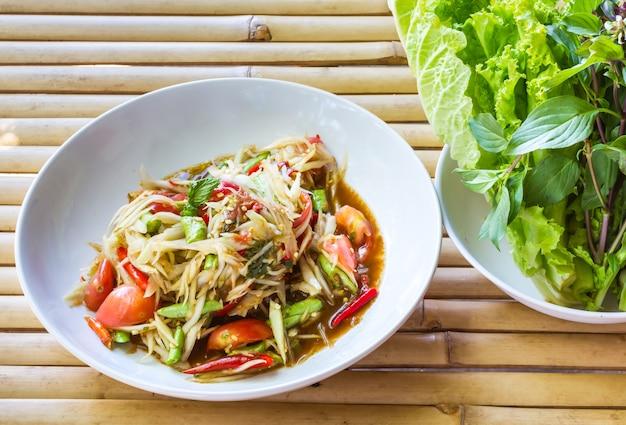 Som tum, insalata di papaya thailandese. cibo tailandese tradizionale