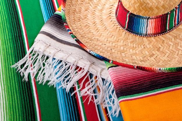 Sombrero messicano con coperte tradizionali