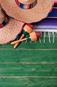 Sombreros messicani di cinco de mayo del fondo di legno verde del messico