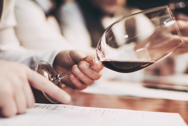 Sommeliers sta degustando vino nel ristorante.