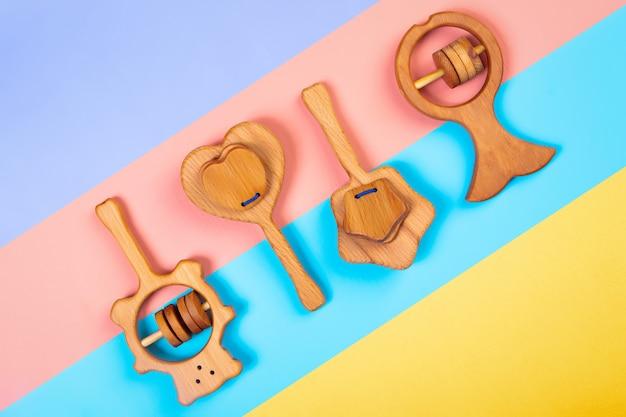 Sonaglio a sonagli in legno, orso, cuore, stella di faggio su uno sfondo geometrico vibrante multicolore isolato.