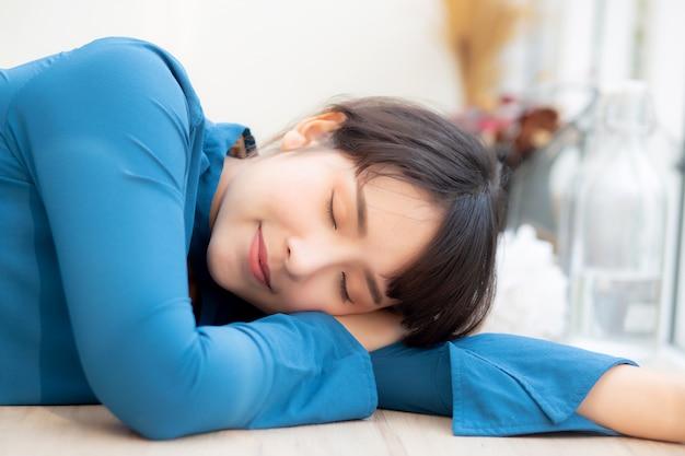 Sonno sorridente della giovane donna asiatica del bello ritratto al caffè