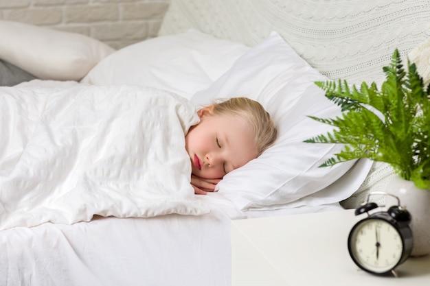 Sonno sveglio della ragazza del piccolo bambino