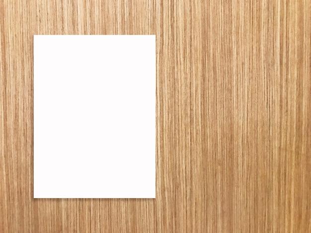 Soppressione il manifesto di carta piegato che appende sulla parete di legno.