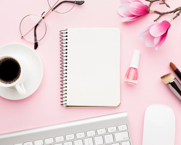 Sopra gli oggetti dello scrittorio di vista su fondo rosa