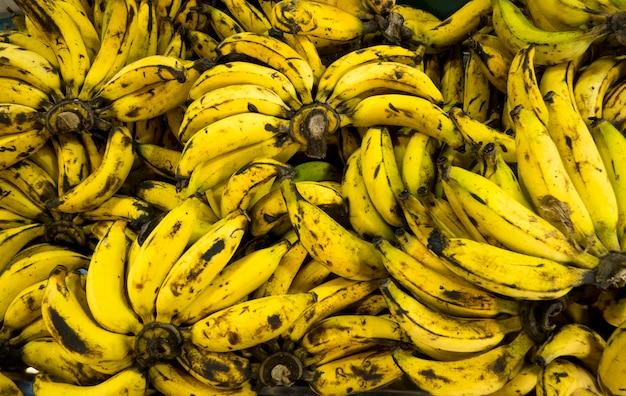 Sopra il fondo maturo delle banane nel mercato