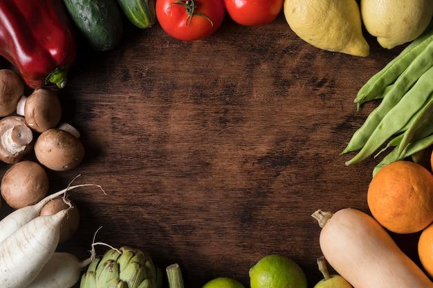 Sopra la cornice circolare per alimenti con verdure
