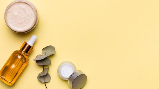 Sopra la cornice con cosmetici