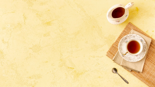 Sopra la cornice con delizioso tè e copia-spazio