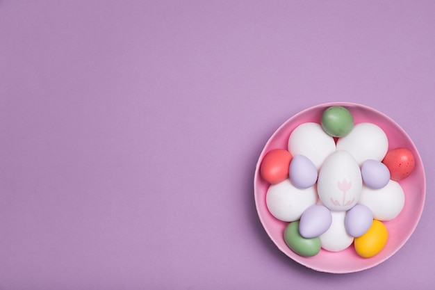 Sopra la cornice con le uova in una ciotola