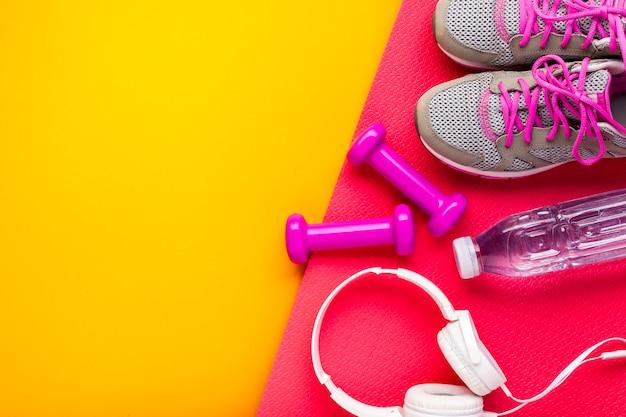 Sopra la cornice con oggetti sportivi e copia-spazio