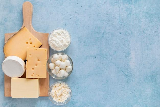 Sopra la cornice con prodotti lattiero-caseari