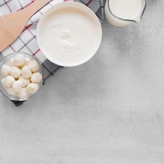Sopra la cornice di prodotti lattiero-caseari