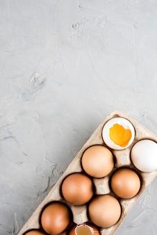 Sopra la vista cornice di uova con copia-spazio