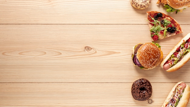 Sopra la vista decorazione con cibo delizioso e copia-spazio