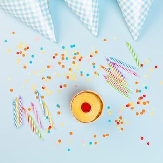 Sopra la vista decorazione con ornamenti per feste di compleanno